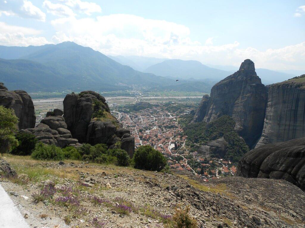 メテオラ修道院までのトレッキングの途中から見える景色ですら絶景です!