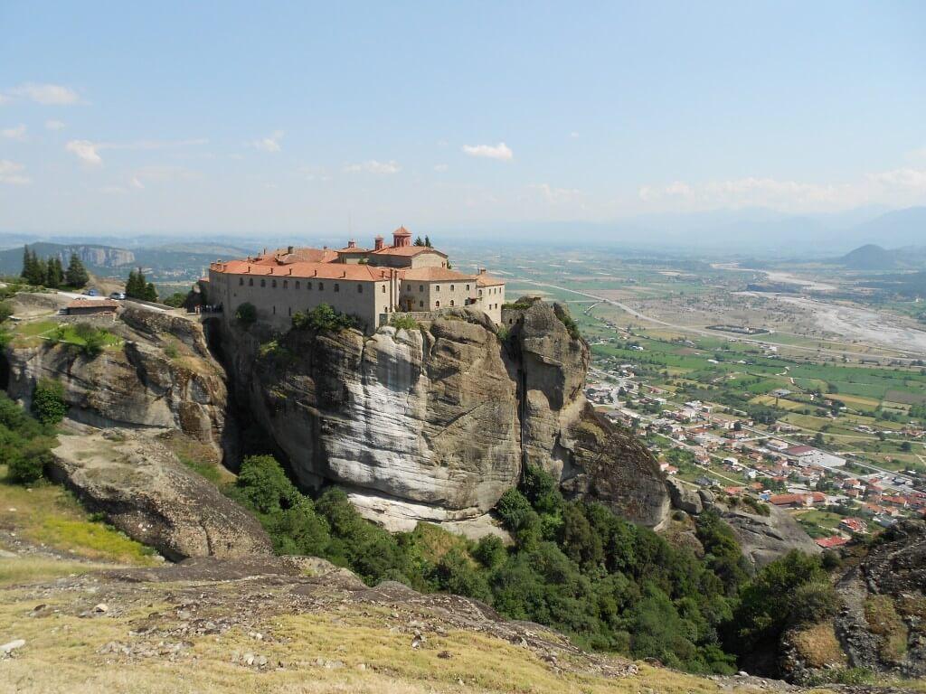 ②メテオラ修道院群「アギオス・ステファノス修道院」まさに天空に浮かぶ修道院!