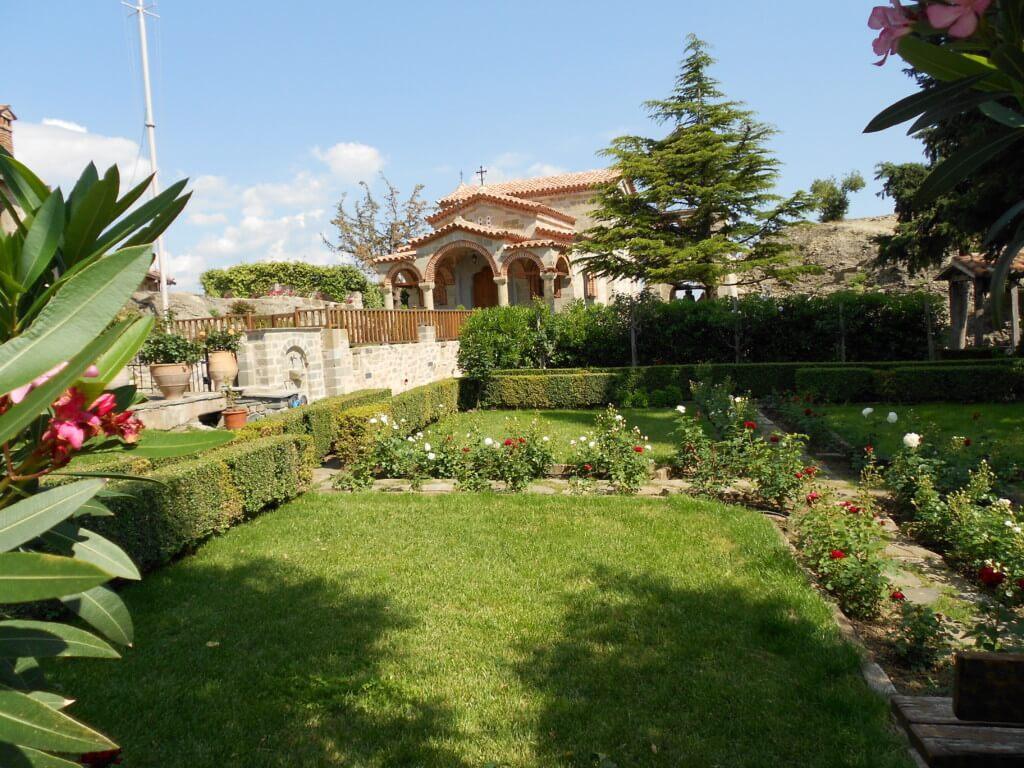 アギオス・ステファノス修道院観光!中には庭もあり、静かで落ちついた感じで癒されます!