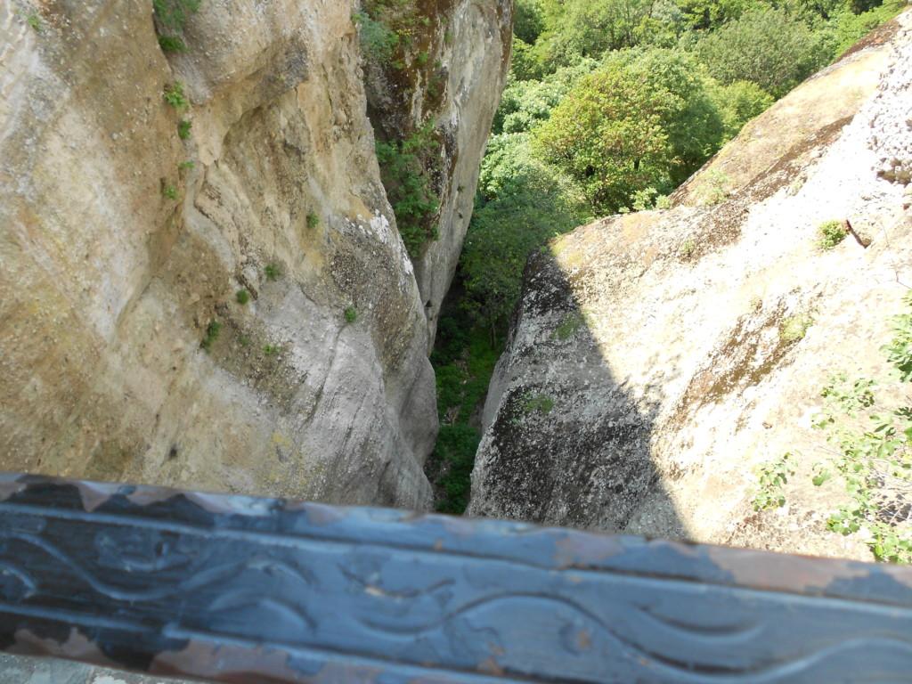 道からアギオス・ステファノス修道院の門までですでに怖い