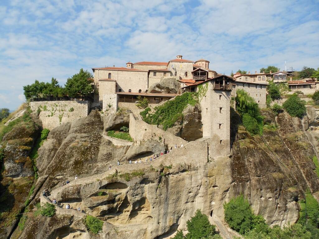 ③メテオラ修道院群「メガロ・メテオロン修道院」 一番大きな崖の上の修道院です!