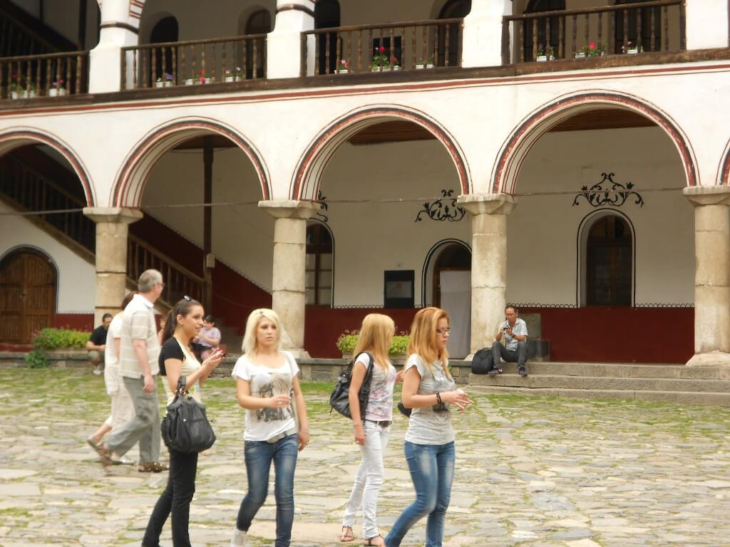 今日の美女 リラの僧院で見つけたブルガリアのかわいい女の子