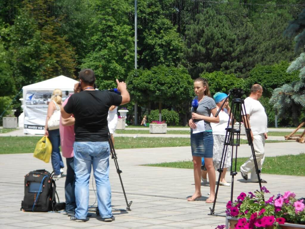 今日の美女 キシナウの公園でTV撮影?のリポーター