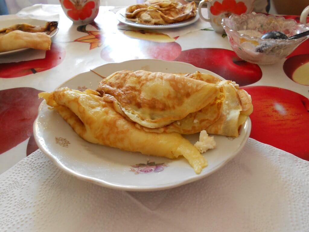 ウクライナ名物料理 クレープみたいな生地にチーズ、蜂蜜、ジャムを塗って食べる