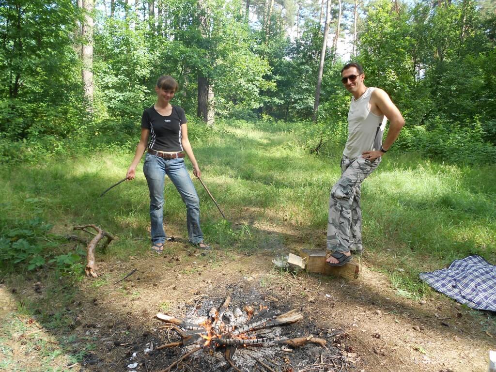 ウクライナの自然の森の中でのアウトドアサバイバルBBQ