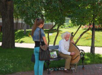 今日の美女 楽器弾きのおじいさんとウクライナの女の子