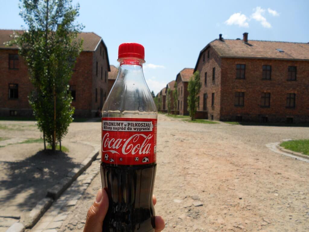 今日のコーラ ポーランドのアウシュビッツ強制収容所にて