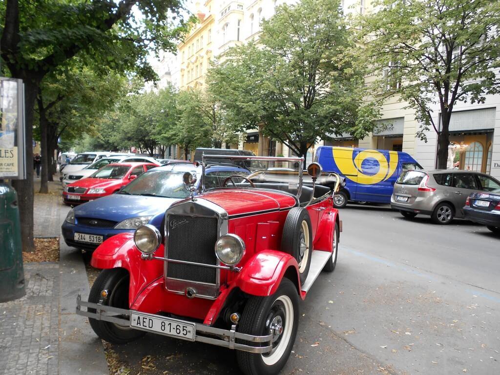 プラハ 車 街並み