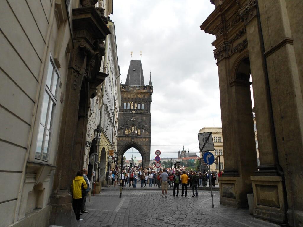 プラハのカレル橋には多くのアーティストー、ストリートパフォーマー