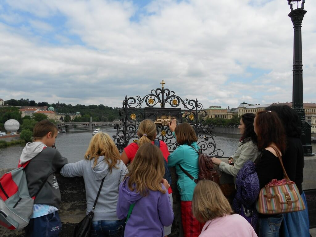 ヤン・ネポムツキーの像 願いがかなう像があるのもカレル橋 プラハ