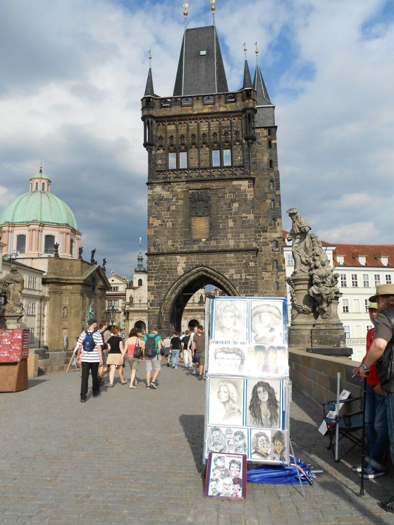 プラハのカレル橋には多くのアーティストー、ストリートパフォーマー オーケストラ