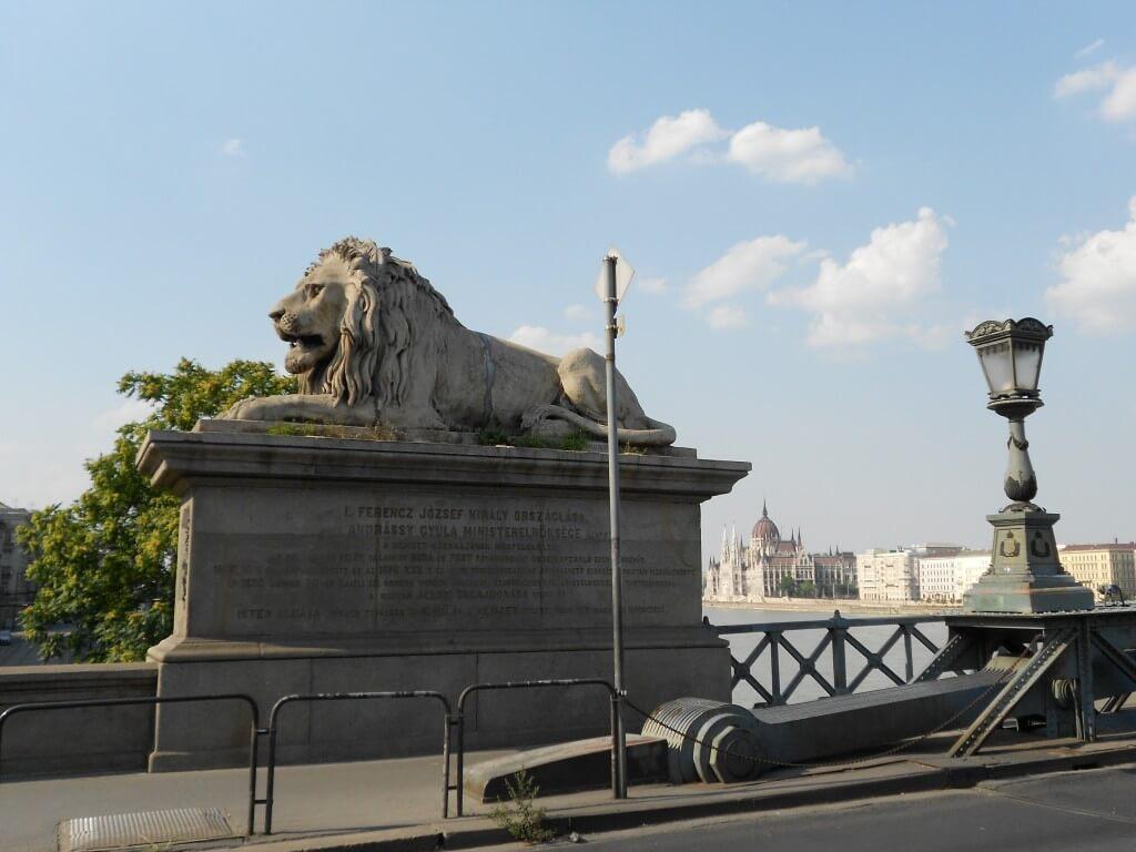 ブダペスト 観光 セーチェーニ鎖橋 ライオン