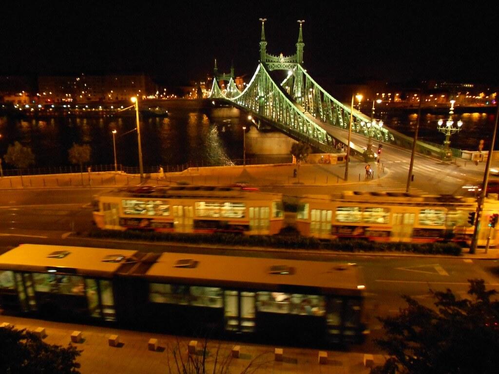 ブダペスト 夜景 ドナウ川 エルジェーベト橋 アンダンテ ハンガリー