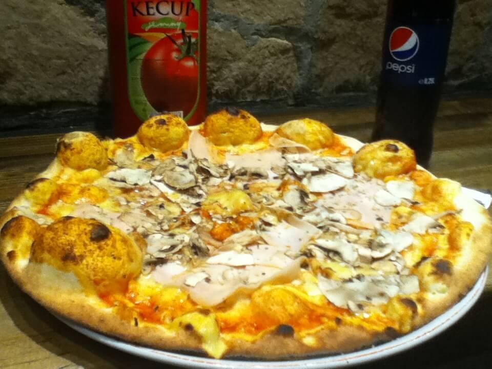 今日のコーラ サラエボのピザは大きい