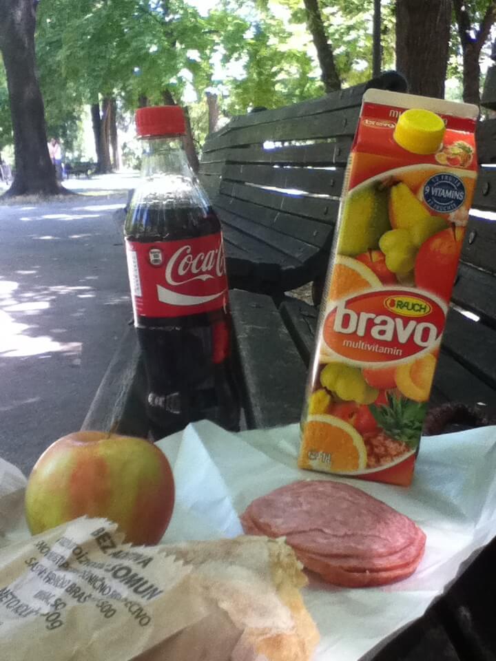 今日のコーラ ベオグラードの公園でリッチなお昼ご飯