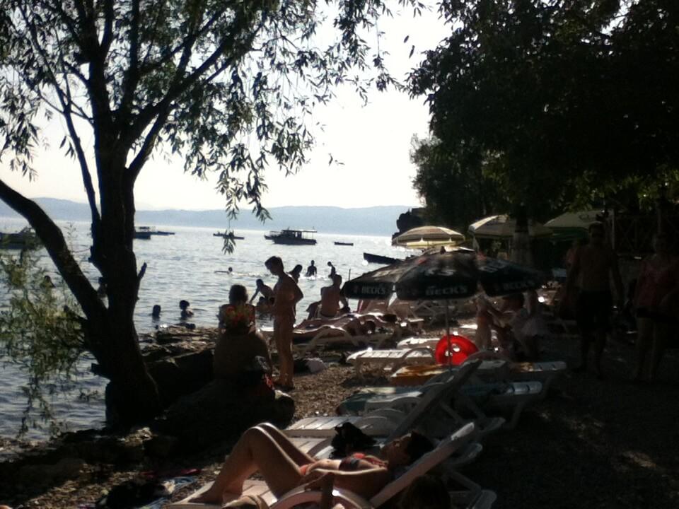オフリド リゾート地 透き通った水 湖 ボート