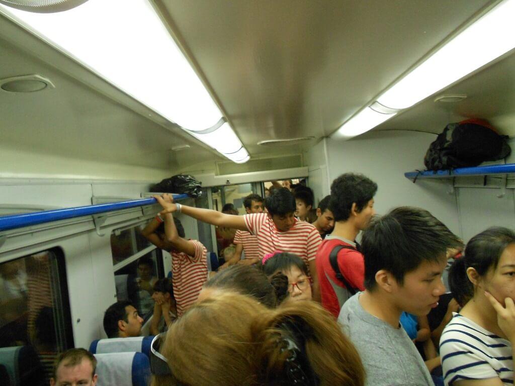 トマティーナ トマト投げ祭り 列車 大混雑