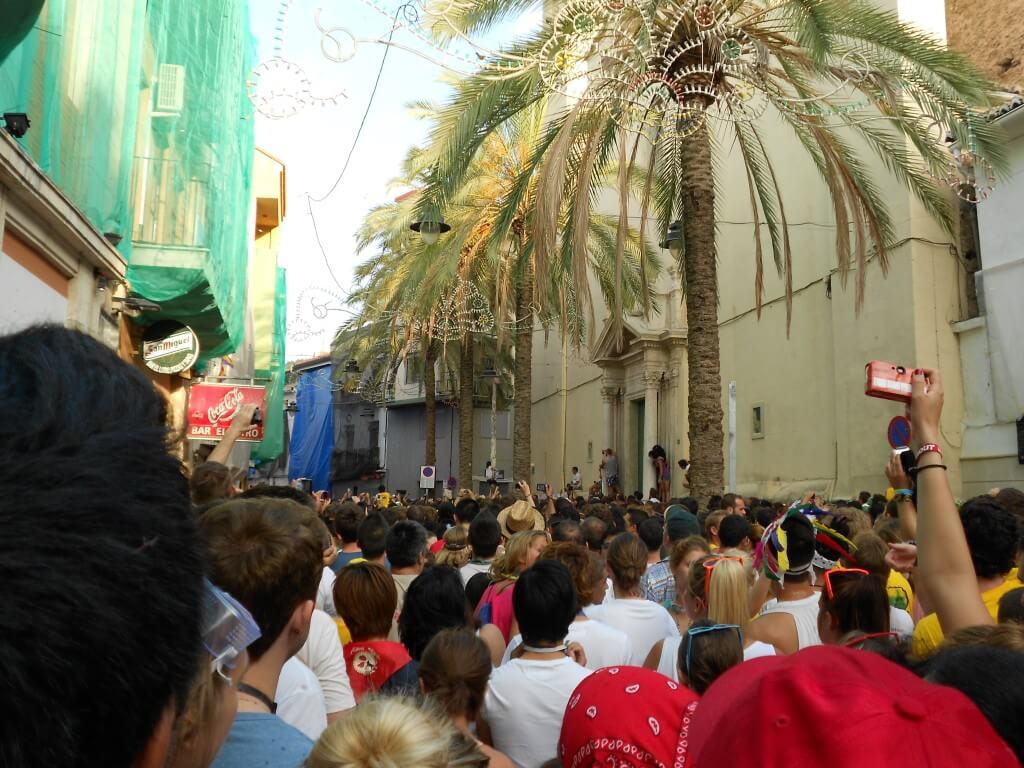 トマティーナ(トマト投げ祭り)のスタートはこの木のハムを誰かが取るか、11時になるとスタート