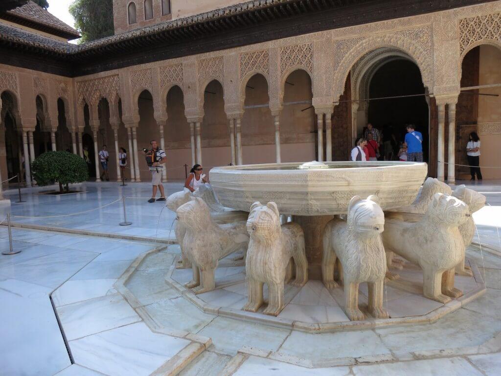 ライオンの中庭 ナスル朝宮殿 アラビック模様 芸術 アルハンブラ宮殿 グラナダ