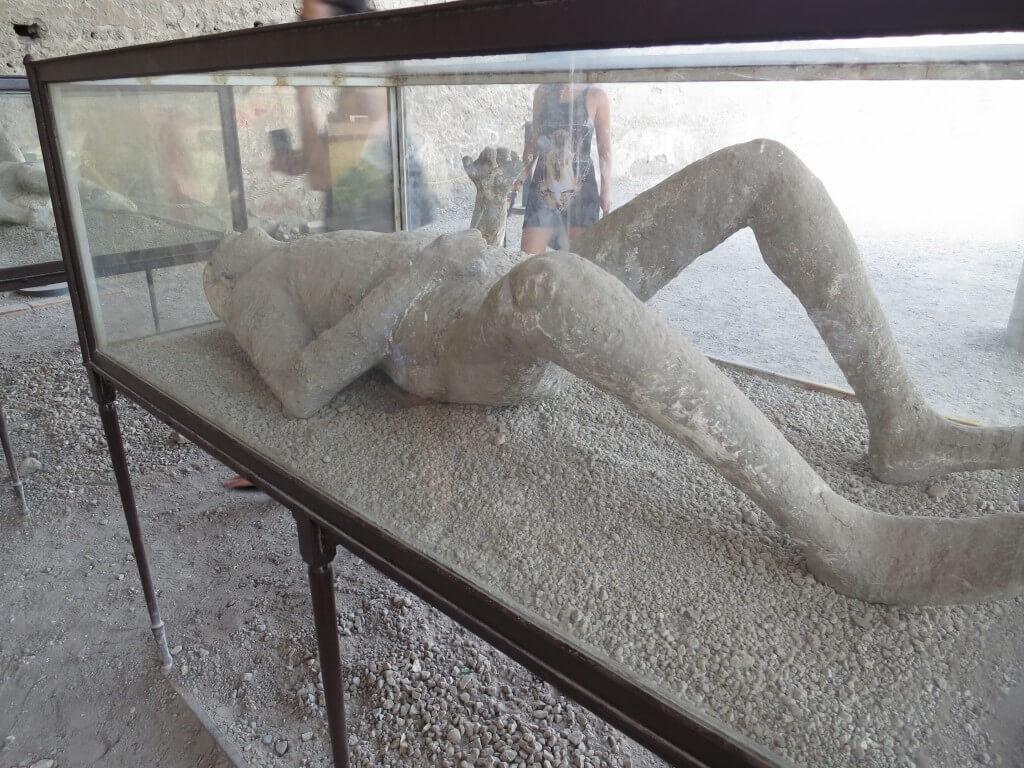 ポンペイ遺跡 火山灰に埋まった人 石灰像