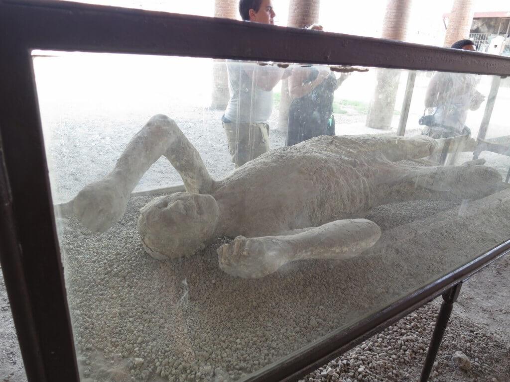 ポンペイ 火山灰にのまれて一瞬で亡くなった人、犬などの石膏がありますよ。