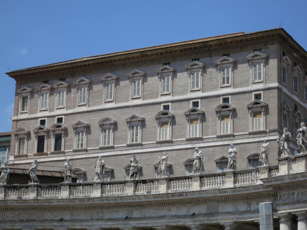 ローマ法王 右から2番目の窓から毎日曜正午に法王が姿をみせる バチカン