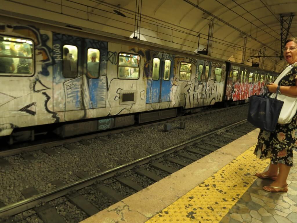イタリア ローマ 地下鉄 落書きだらけ