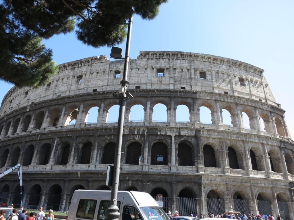 ローマといったら剣闘士!コロッセオが今目の前に!!フォロ・ロマーノもすぐ横に