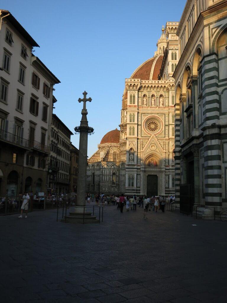 フィレンツェのドゥオモ広場は教会が美しすぎる!そのフォルムを写真に収めねば!
