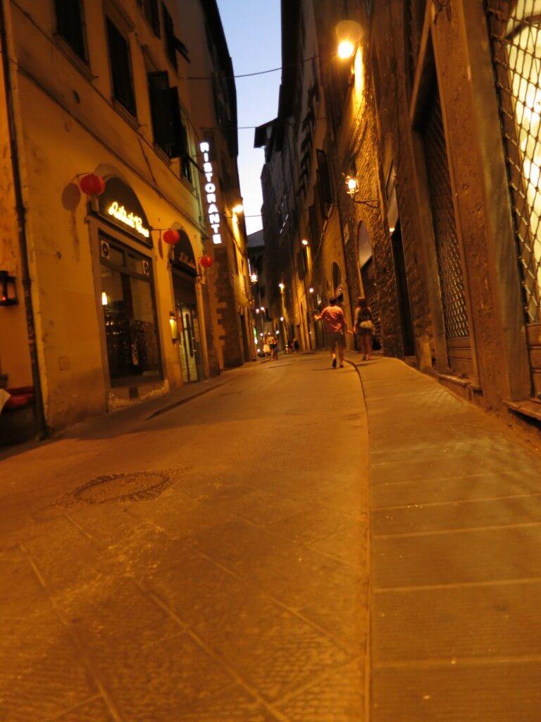 フィレンツェの街は石畳の町。「ウフィツィ美術館」は展示物の数がハンパないっす!