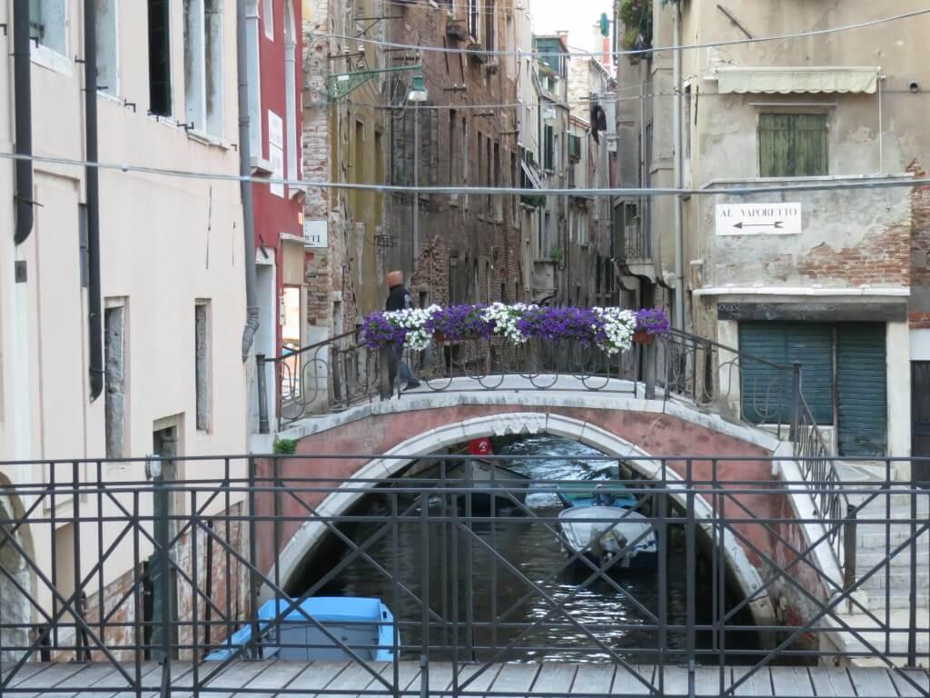ベネチアの街は水路で迷路になっているが、ちゃんと案内板があるので安心♪