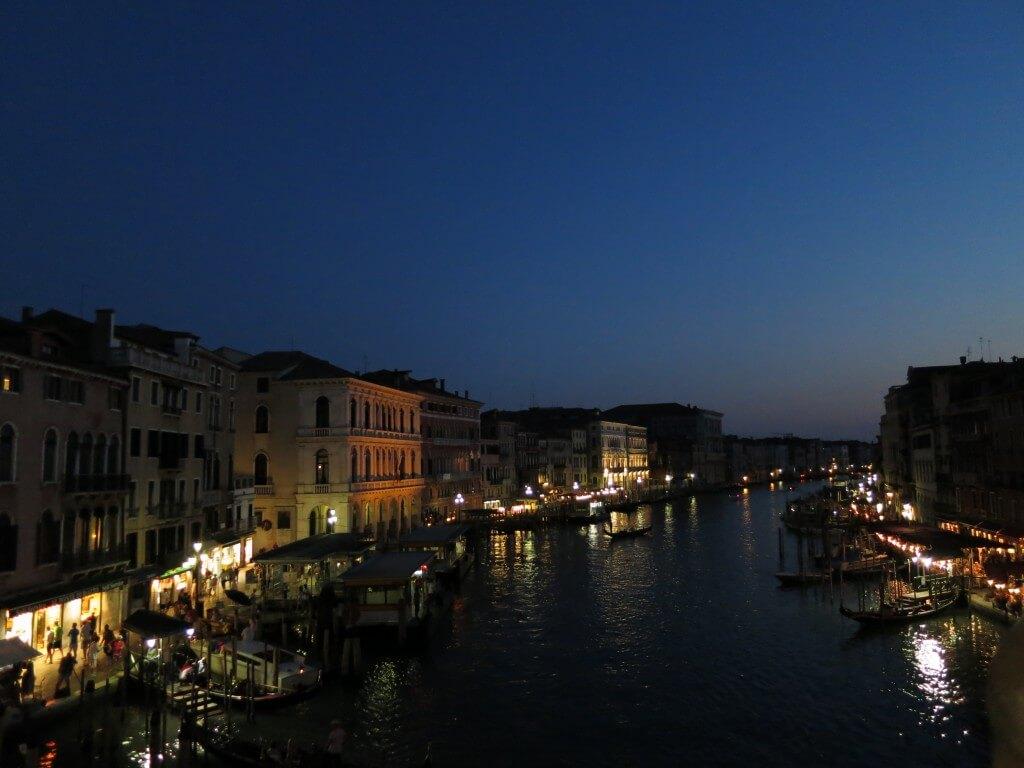 水の都 ベネチア 本領発揮は夜になってから・・・・。それはロマンティックな恋人達の街へと・・・