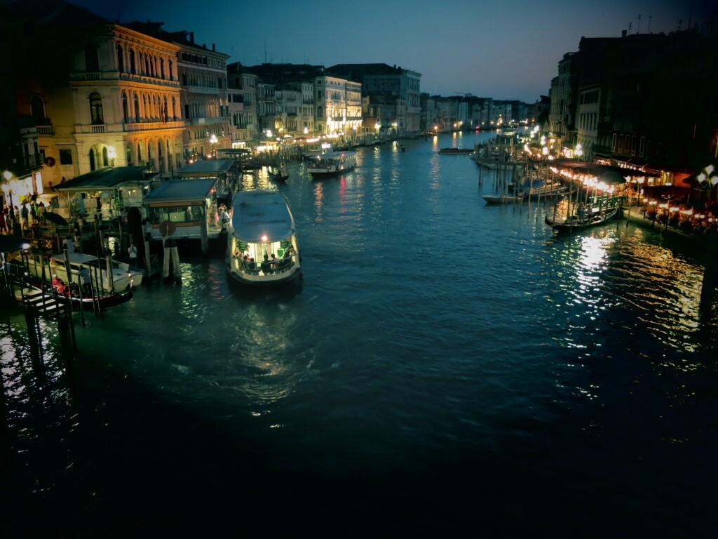 水の都 ベネチア 夜 ライトアップ 水路 イタリア