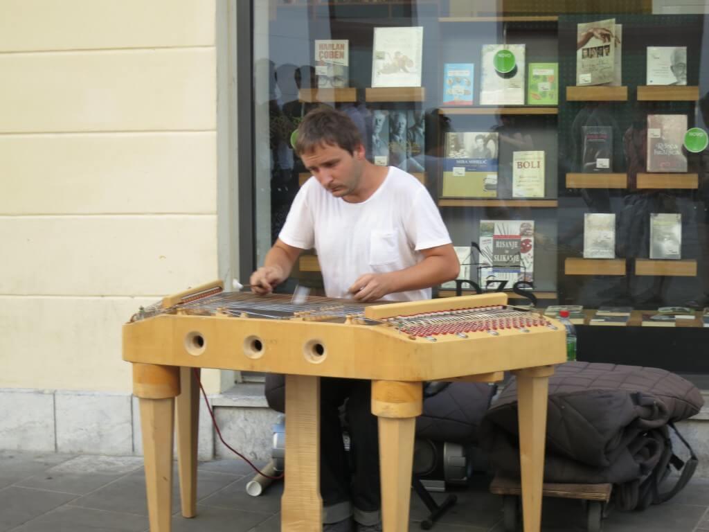 リュブリャナの街では大好きな「ゴールデンレトリバー」も楽器を演奏している人も雰囲気いい