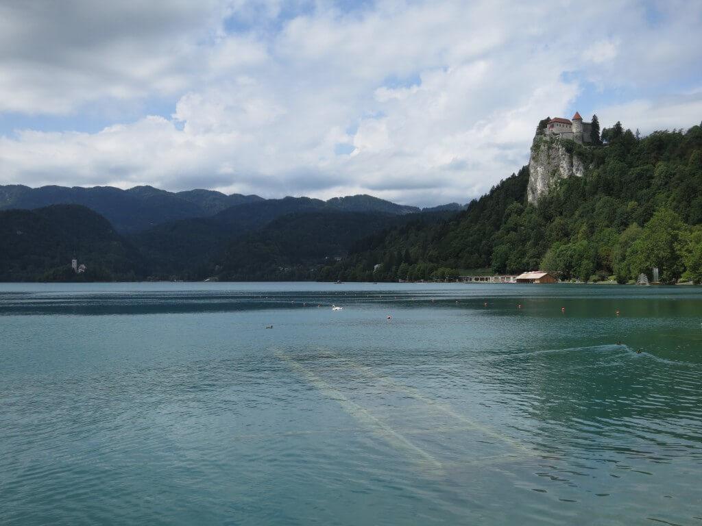 ブレッド湖のほとりに建つ「ブレッド城」 眺めもよし!湖が凍ると真ん中の教会まで歩いていける!?