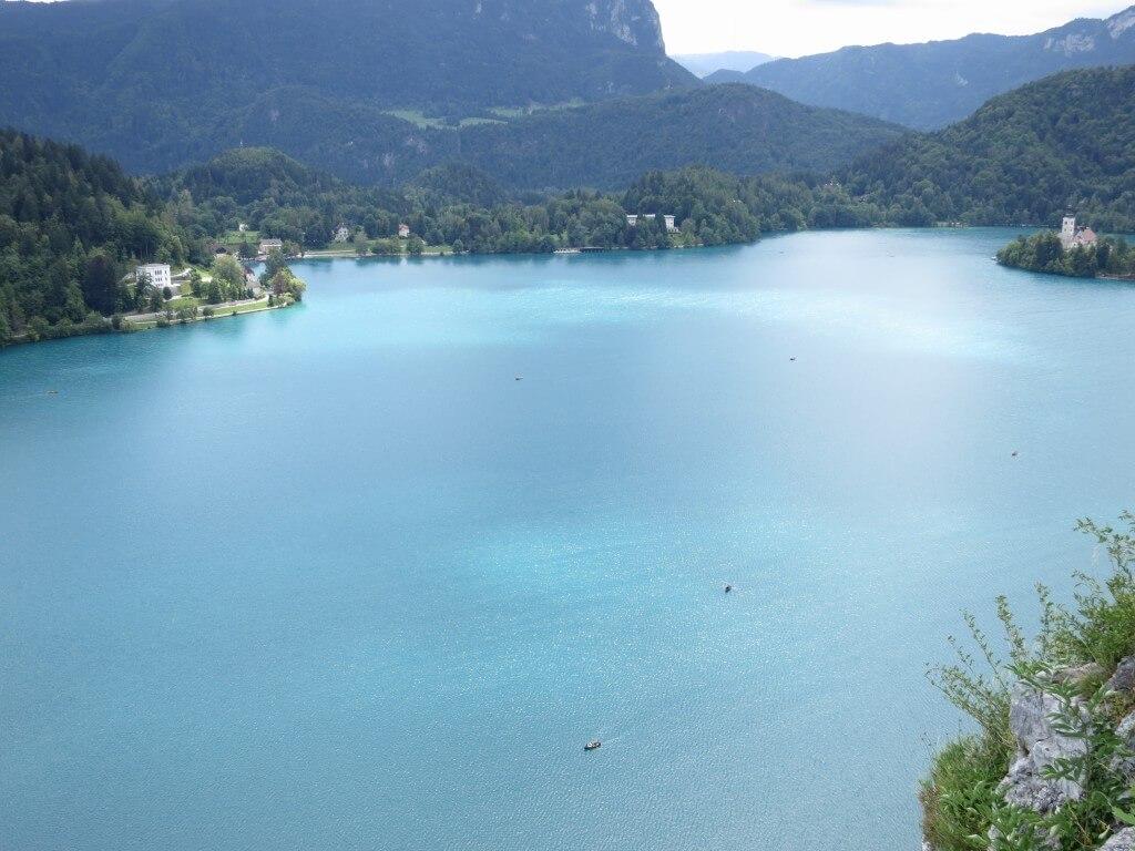ブレッド城から眺めたブレッド湖はきれい!冬はブレッド湖でスケートするらしいぞ!