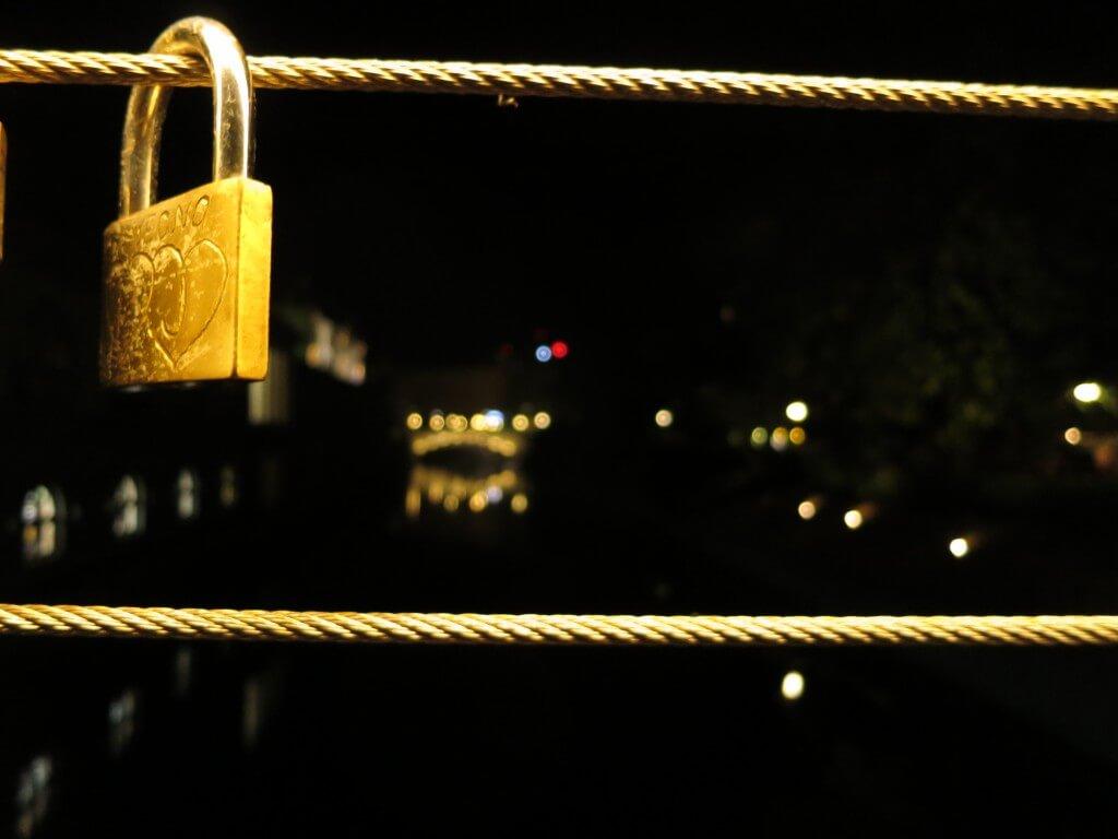 リュブリャナの夜は素敵♪ 川沿いはライトアップされ、「愛の南京錠」が!