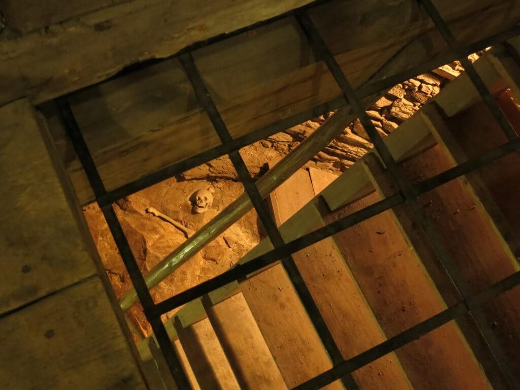 チェスキー・クルムロフ城の塔には白骨