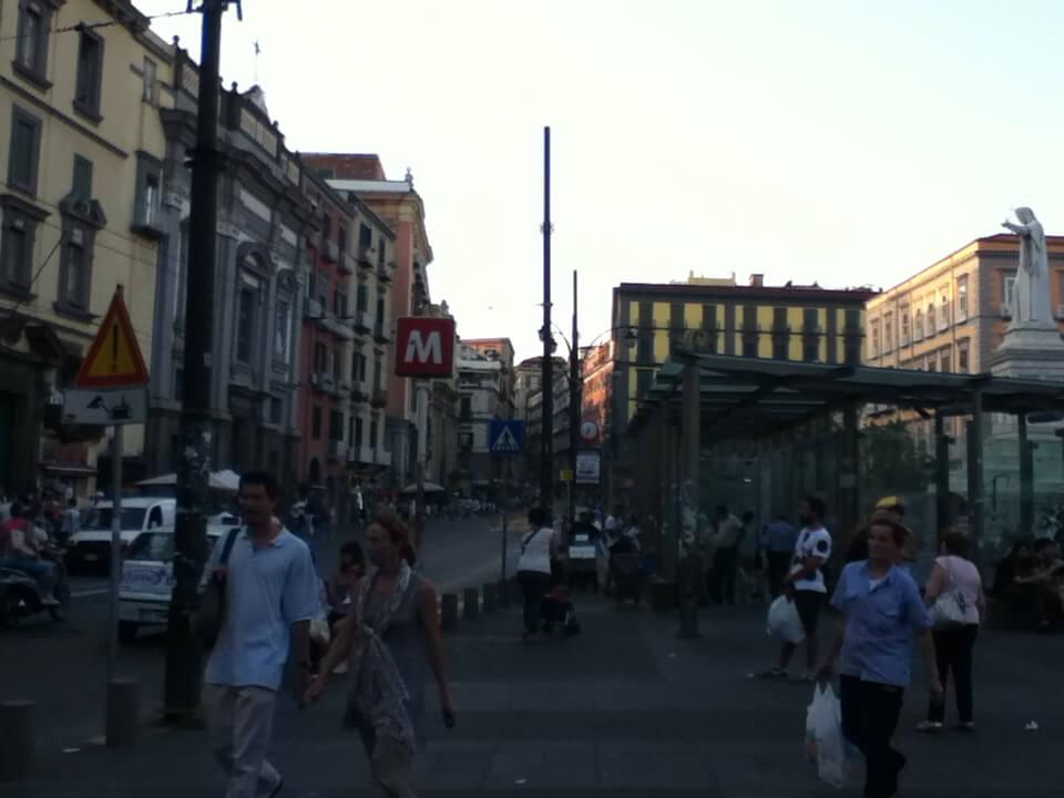 ナポリ 治安 ナポリ駅前