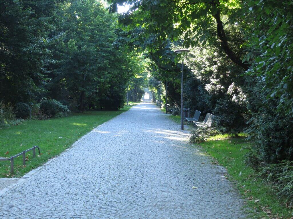 ミュンヘン 公園 ホームレス 置き引き