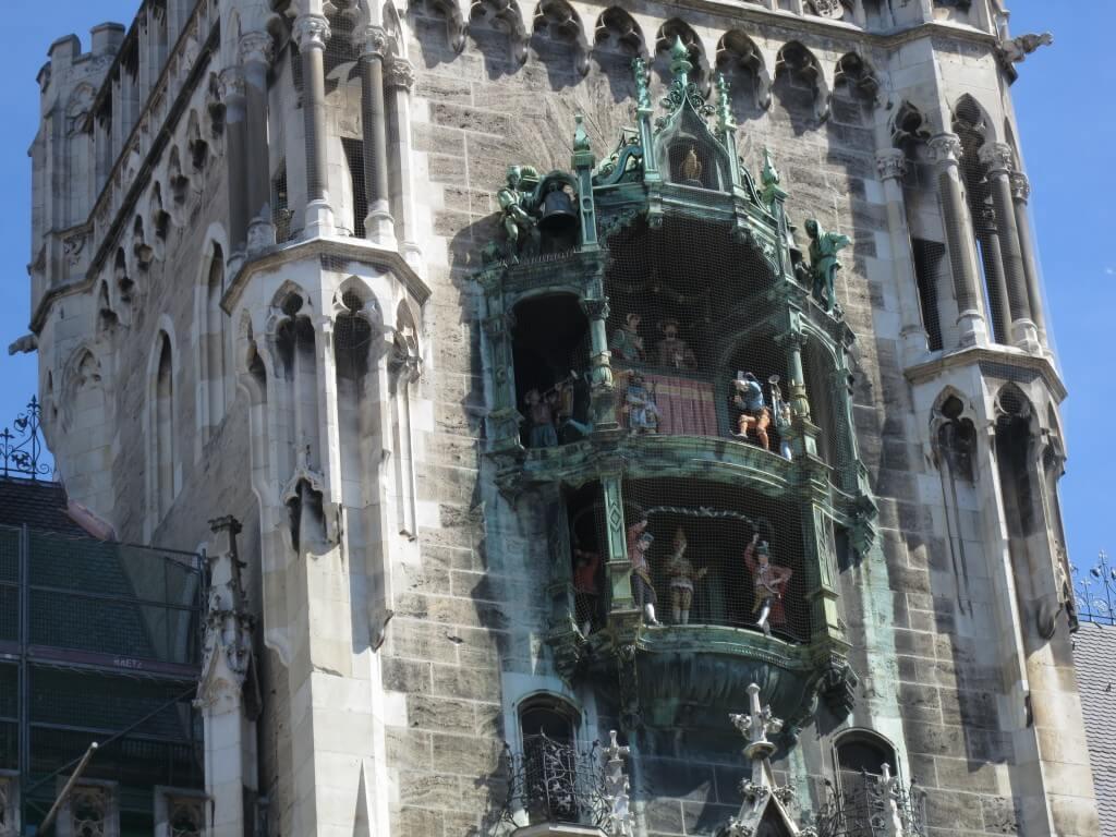 時計は12時を指す。ドイツ最大のからくり時計が大勢の観光客に見守られている