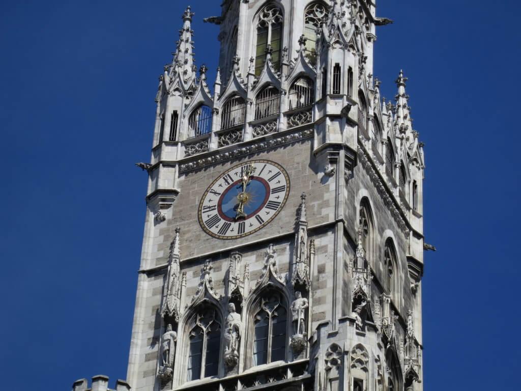 ミュンヘン 新都庁舎で ドイツ最大の仕掛け時計 12時