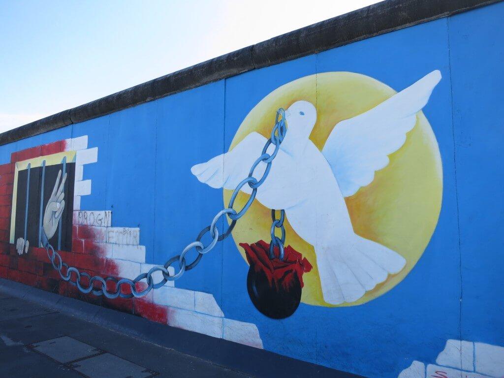 ベルリンの壁は東ヨーロッパの民主化運動で壊され、東西が統一されてドイツに戻った