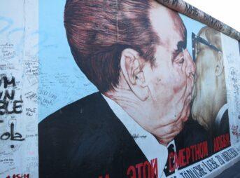 ベルリンの壁の観光でキスのアートを見て世界平和を願いました