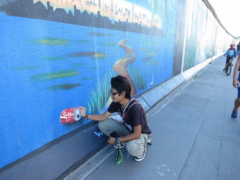 今日のコーラ ベルリンの壁の絵とコラボ