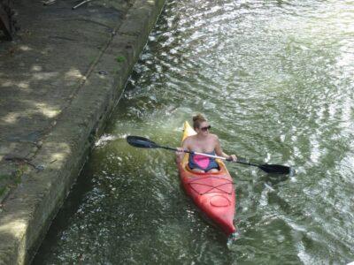 今日の美女 ユトレヒトの運河でカヌー美女