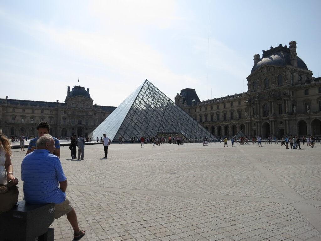 ルーブル美術館 ガラスのピラミッド 入り口 パリ フランス