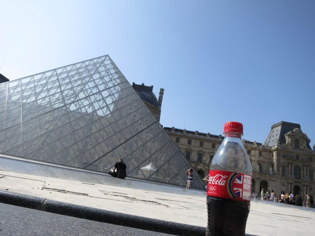 今日のコーラ ルーヴル美術館のガラスピラミッドと