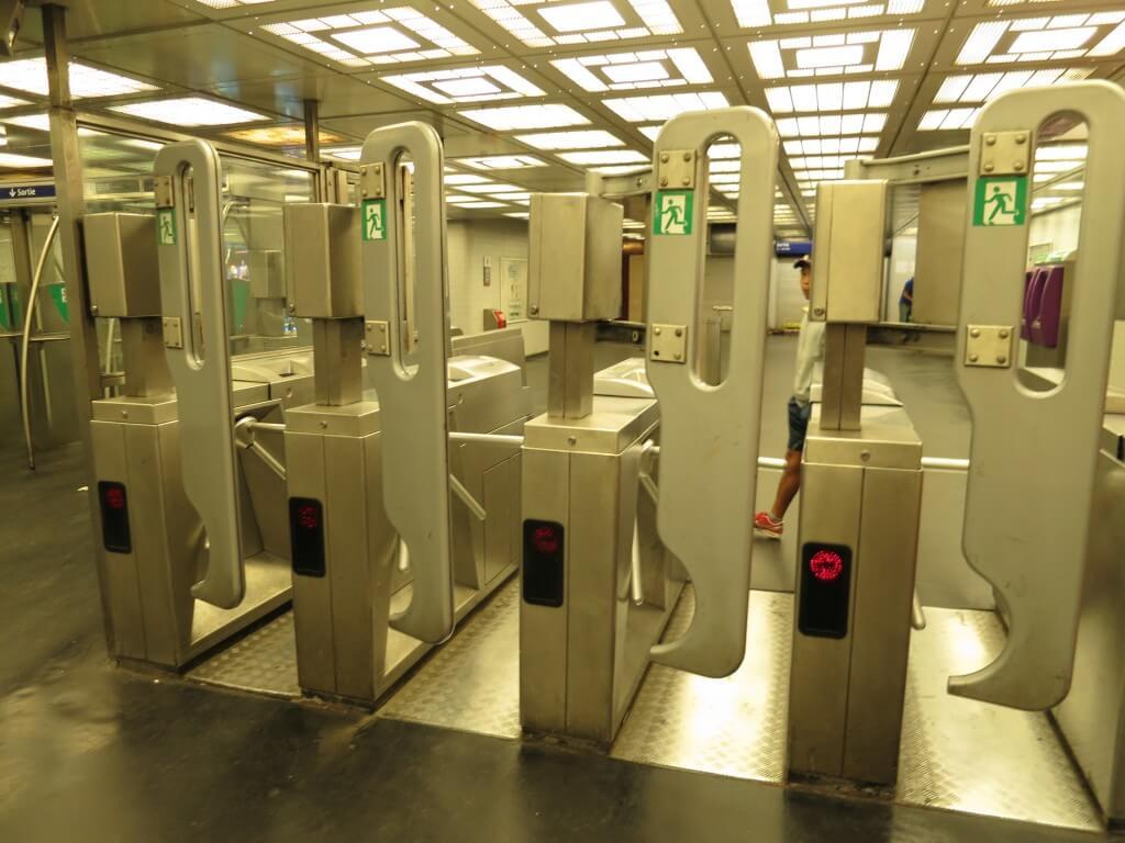 フランスのパリって治安よくないんですね・・・地下鉄の改札口でみんな無銭で進入