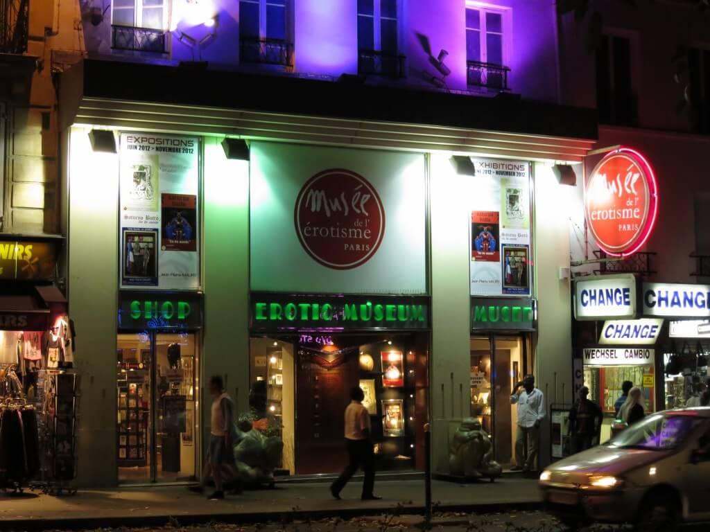 パリのキャバレー通り!かの有名な「ムーラン・ルージュ」 観光地 フランス